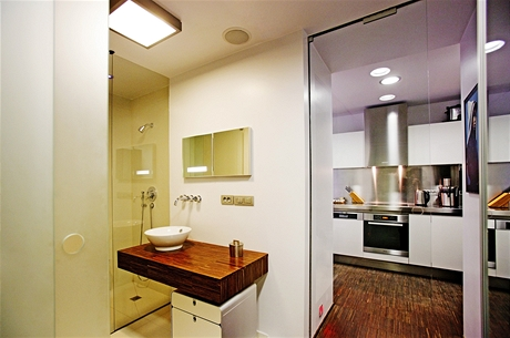 Barvy, tvary a materiály se v bytě opakují