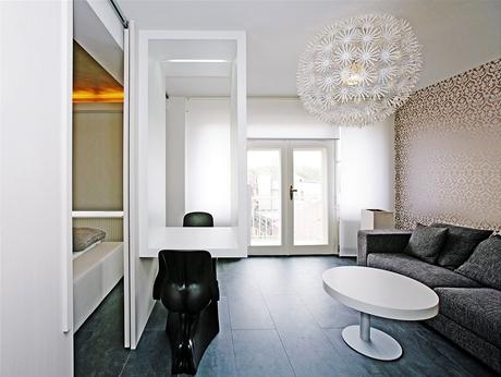 Černé židle  italské výroby - otisk ženského a mužského těla - jsou mezi architekty velmi oblíbené