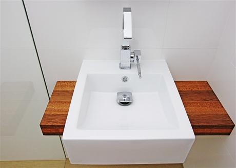 I v koupelně pomáhají optickému zvětšení prostoru lesklé povrchy