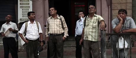 Lidé sledují tabule na burze v Bombaji. (Indie)
