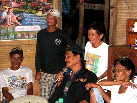 Karaoke v domku farmářů z Nafwa, na které se stavil i místní policista