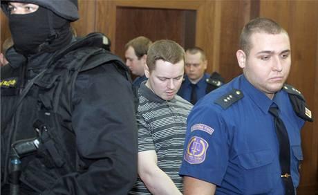 Justiční stráž přívádí k soudu Davida Vaculíka. 11. května 2010