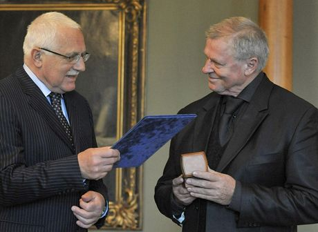Prezident Václav Klaus (vlevo) ocenil na Pražském hradě jazzového zpěváka Ladislava Kerndla (12. května 2010)