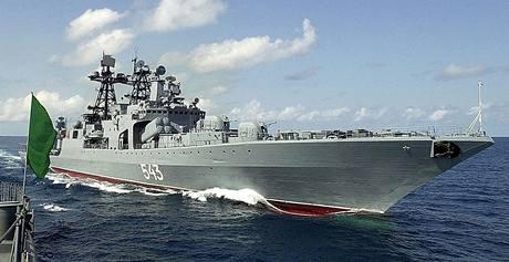 Z ruské válečné loďi Maršál Šapošnikov byla vedena záchranná operace ropného tankeru Moscow University.