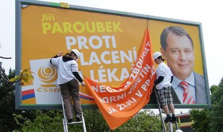 Aktivisté Greenpeace překrývají billboard s Jiřím Paroubkem v Mostě. (13. května 2010)