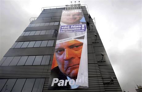 Reklamní plachta s Petrem Nečasem a Jiřím Paroubkem je upevňována na budovu pražského sídla ODS. (14. května 2010)