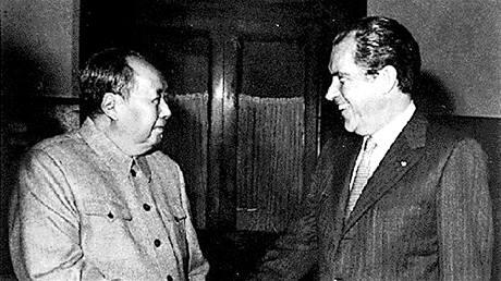 Předseda komunistické strany v Číně Mao Ce-tung a prezident USA Richard Nixon na svém jednání v únoru 1972.