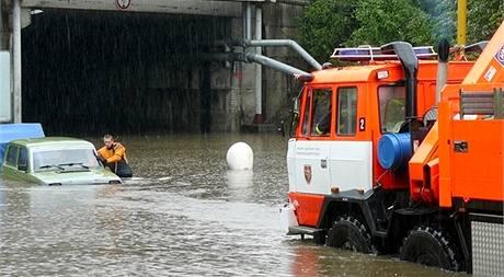 Hasiči pomáhají vyprošťovat auta zaplavená v ulicích Havířova. (18. května 2010)
