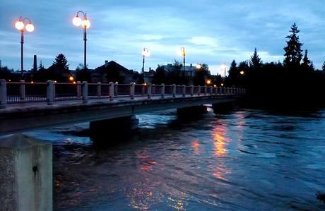 V půl páté ráno byla hladina Bečvy v Přerově stále nebezpečně vysoká. (18. května 2010)