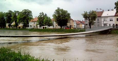 Lávka přes řeku Moravu v Kroměříži. (18. května 2010)