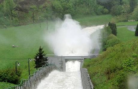 Odpouštění vody z přehrady Šance. (18. května 2010)