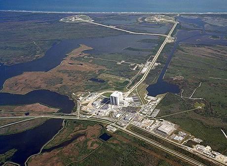 Letecký pohled na srdce startů raketoplánů na Floridě: v popředí montážní hala VAB, vzadu startovací rampy.