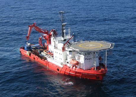 Hydrografická loď snímající podmořské dno