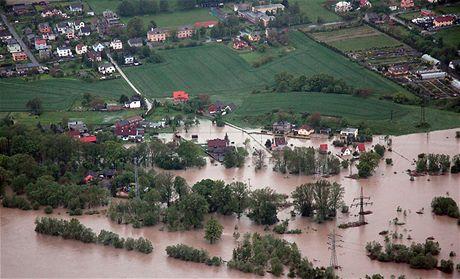 Záplavy z letadla - zaplavená ostravská čtvrť Koblov (18. května 2010)