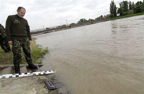 Jihomoravský hejtman Michal Hašek sleduje vzestup řeky Moravy v Lanžhotě (19. května 2010)