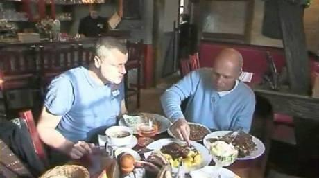 Nad domácí kuchyní si šéf na Vlčárně svorně notuje s šéfem Pražského kulinářského institutu Romanem Vaňkem.