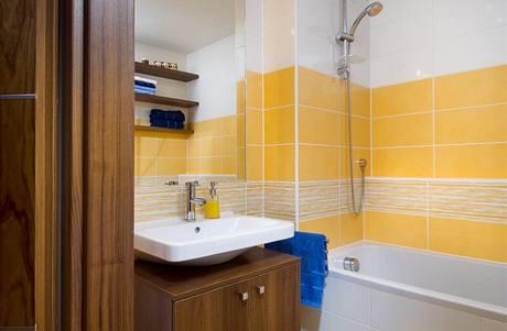 V koupelně byly použity obklady 20 x 40 cm Tulip (RAKO)