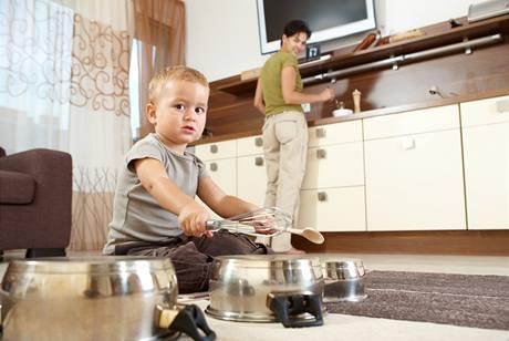 Děti si v kuchyni velmi rády hrají, ohlídat je není jednoduché