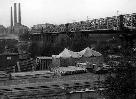 Stavba tramvajového mostu v Troji