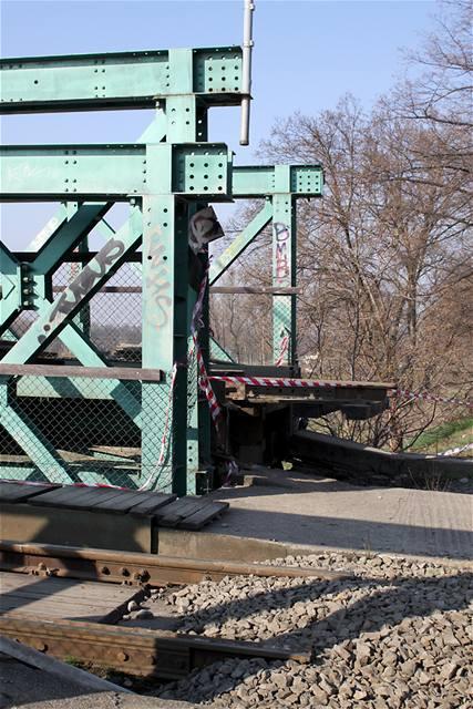 Zvedání tramvajového mostu v Troji