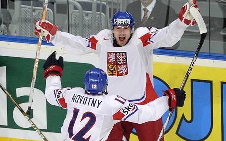 Lukáš Kašpar (vzadu) se raduje z gólu se spoluhráčem Jiřím Novotným.