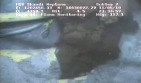Společnost British Petroleum zveřejnila první fotografii a video z mořského dna v Mexickém zálivu, kde uniká ropa (13. května 2010)