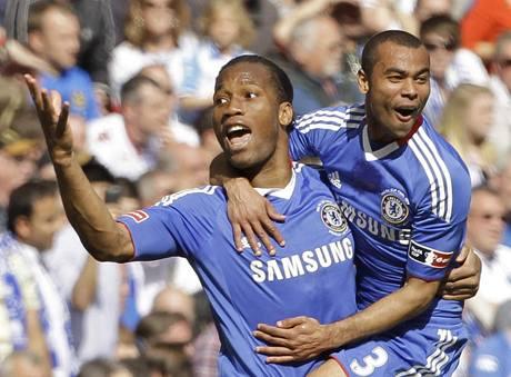Didier Drogba (vlevo) a Ashley Cole z Chelsea slaví gól do sítě Portsmouthu ve finále Anglického poháru
