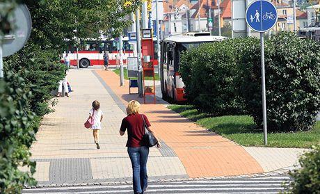 Dva a půl kilometru dlouhá trasa na Evropské ulici v Praze vede přes zastávku autobusů městské hromadné dopravy. V cestě cyklistům navíc stojí sloupy a lampy.