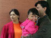Anna Siváková,  Natálka a Pavel Kudrik před vchodem do nemocnice, kam chodí Natálka na rehabilitace