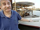 Rybář Tjesimir Glamuzina ukazuje svou loď ukotvenou v americkém přístavu Empire. Vlastní budoucnost v lovu ústřic nevidí dobře.