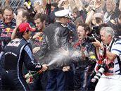 RADOST Z VÍTĚZSTVÍ. Mark Webber slaví se svým týmem vítězství ve Velké ceně Monaka.