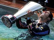 OSLAVA V BAZÉNU. Mark Webber oslavuje vítězství ve Velké ceně Monaka v bazénu.