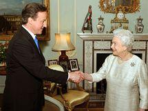 Britská královna Alžběta II. jmenuje Davida Camerona novým premiérem. (11. května 2010)