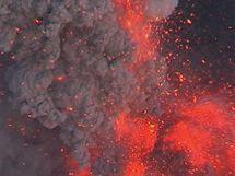 Mrak popela ze sopky Eyjafjallajökull dosahuje výšky devíti kilometrů.