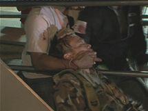 Zraněný velitel thajských povstalců Kchattija Savasdipol (13. května 2010)