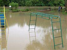 Řeka Morava zatopila dětské hřiště v Rohatci na Hodonínsku.