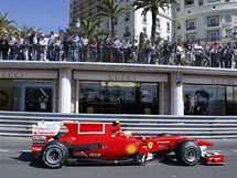 Fernando Alonso v ulicích Monaka při prvním tréninku na Velkou cenu