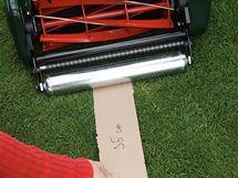 Pravítko užší sekačky ukázalo, že i podélné sekání prohlubně zabezpečí modelaci terénu