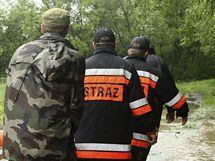 Záchranáři se chystají evakuovat obyvatele vesnice Zasole Bielanskie na jihu Polska (17. května 2010)