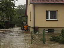 Jeden ze zaplavených domů  ve vsi Zasole Bielanskie na jihu Polska (17. května 2010)