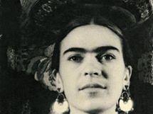 Frida Kahlo s tehuantepeckou m�sou na hlav�, New York, 1932