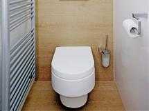 Úložný prostor nechybí ani na toaletě