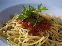 """Špagety po vesnicku jsou rustikálnější verzí jednoduché pasty """"aglio olio e peperoncino""""."""