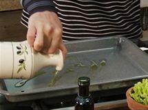 Na pekáč nalijte olivový olej.