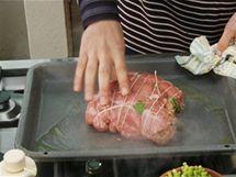 Naplněnou kýtu na pekáči nejdřív ze všech stran opečte, aby se maso zatáhlo a sťáva zůstala uvnitř.