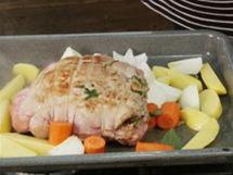 Na pekáč ke kýtě přidejte i oloupané a pokrájené brambory a zeleninu.