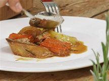 Na talíř nejprve naservírujte zeleninu a brambory.