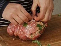 Naplněnou telecí kýtu převažte kuchařskou nití, aby se při pečení nerozšklebila.