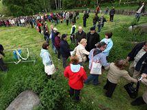 Návštěvníci Zoo Praha vytvořili 250 m dlouhý řetěz s splyšovými slony.