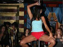 Rima Fakihová při soutěži ve striptýzovém klubu